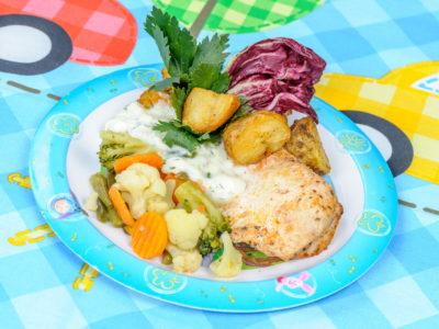 Filet z kurczaka w sosie koperkowym z warzywami i ziemniakami opiekanymi
