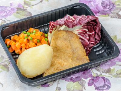 Kotlet drobiowy z ziemniakami i marchewką z groszkiem