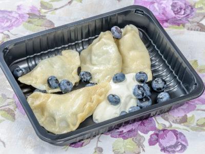 Pierogi z serem, śmietaną i jagodami