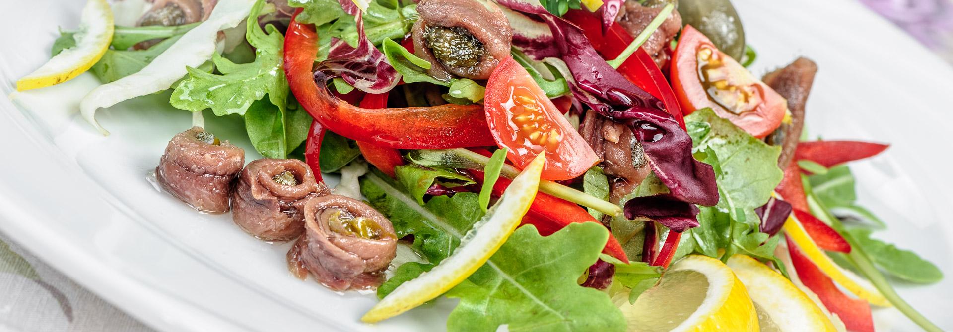Sałatka z anchois, kaparami, pomidorkami koktajlowymi i mixem sałat