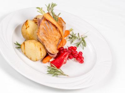 pierś z kaczki pieczona z ziemniakami i porzeczką